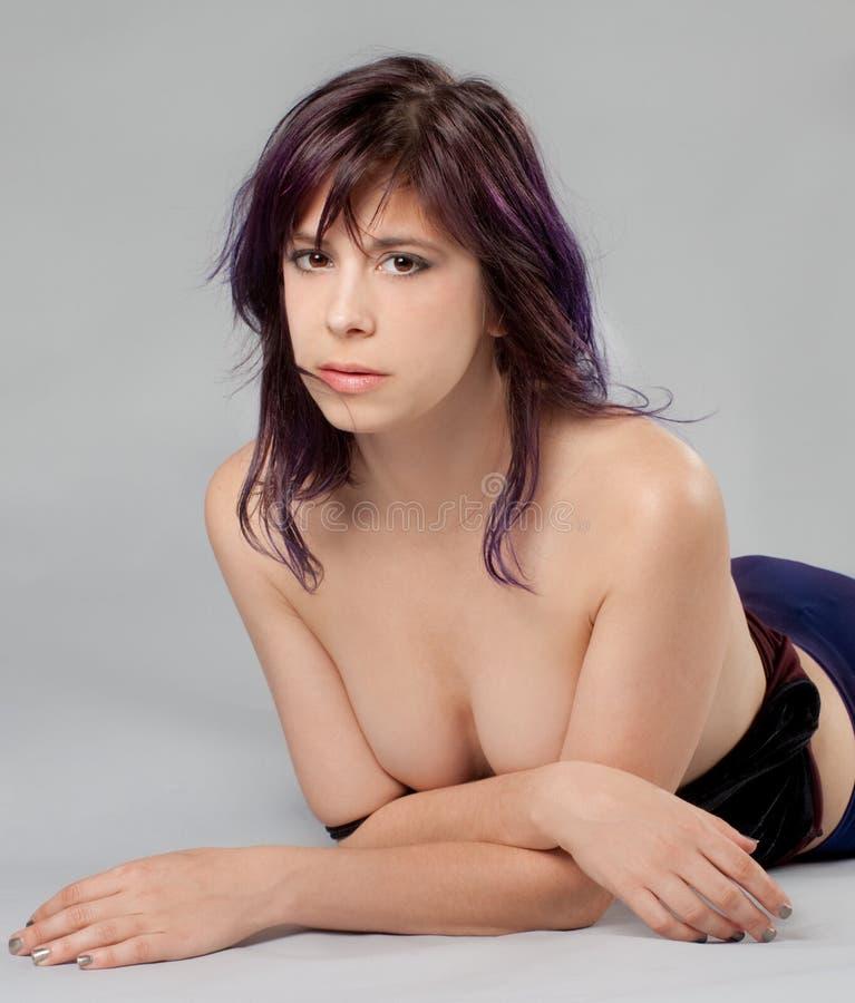 有杂乱头发的露胸部的妇女 免版税库存图片