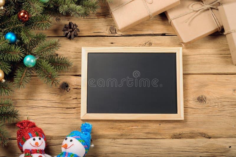 有杉树和圣诞节装饰的黑板 圣诞节bac 免版税库存照片
