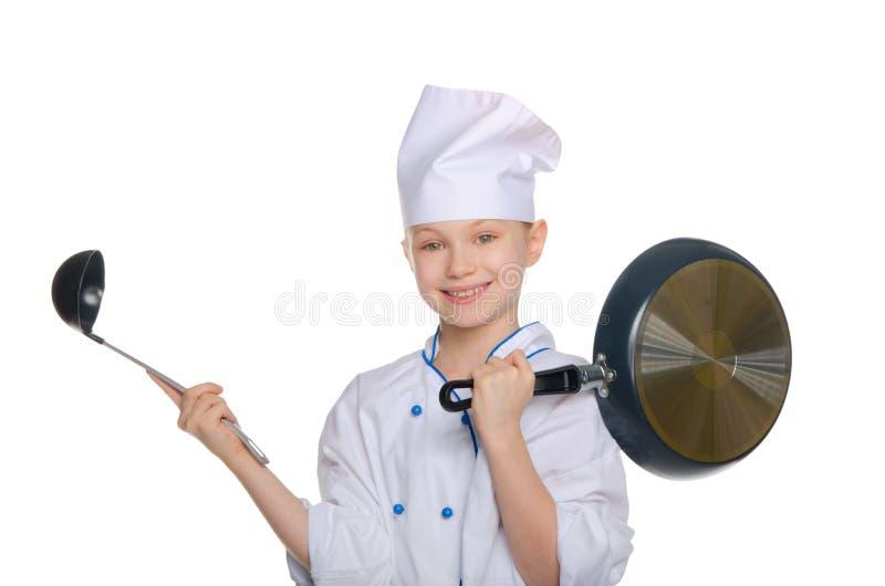 有杓子和平底锅的年轻厨师 免版税库存照片