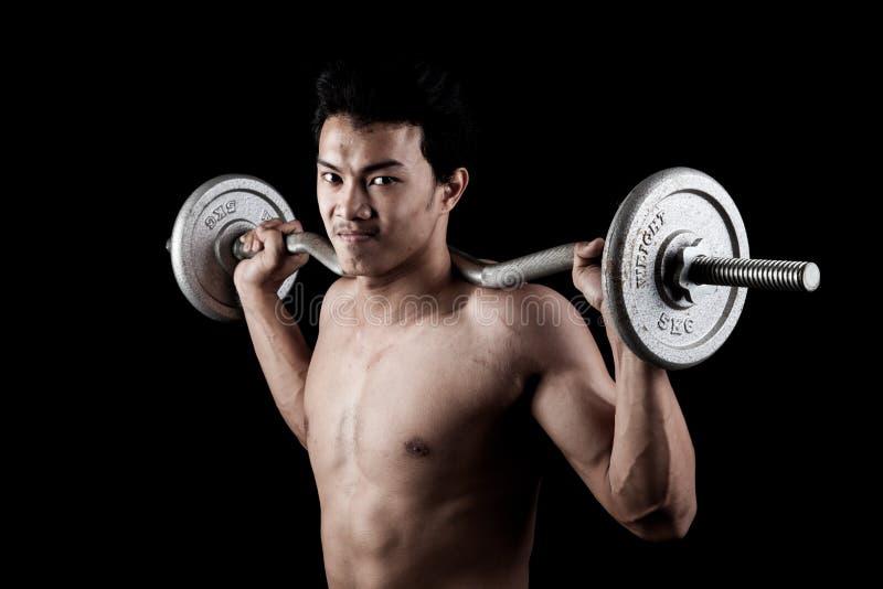 有杠铃的肌肉亚裔人 图库摄影