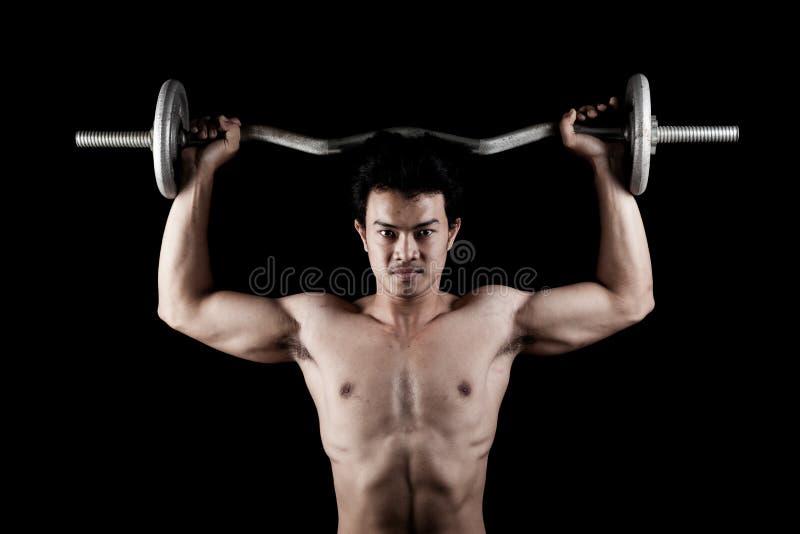有杠铃的肌肉亚裔人 免版税库存照片