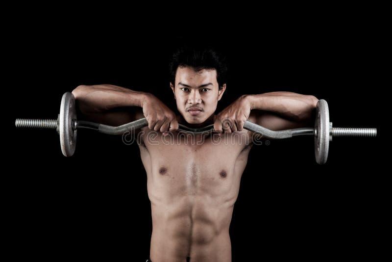 有杠铃的肌肉亚裔人 免版税库存图片