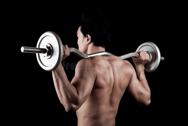 有杠铃的肌肉亚裔人 免版税图库摄影