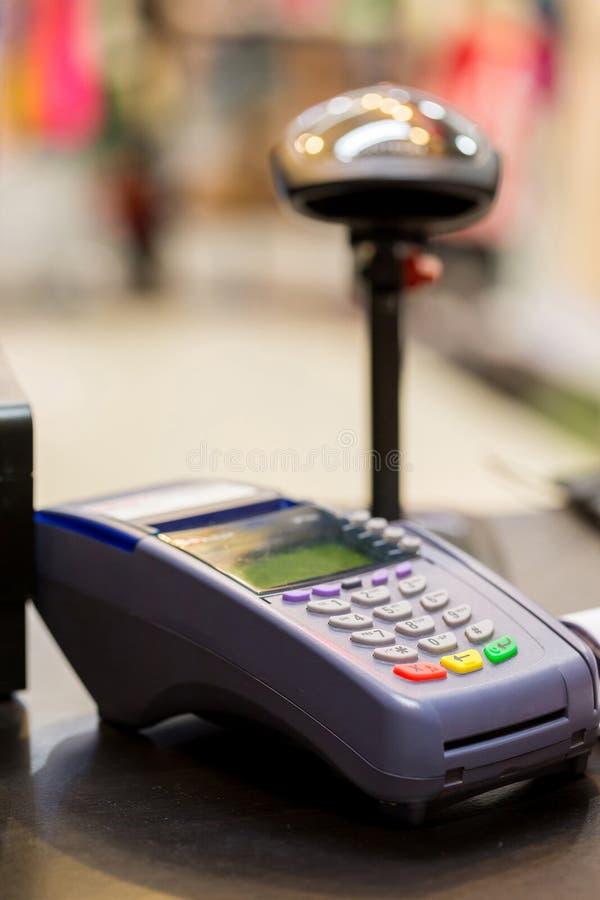 有条形码扫描器的信用卡机器在背景中 免版税库存图片