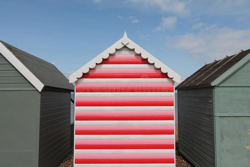 有条纹的红色海滩小屋 库存照片