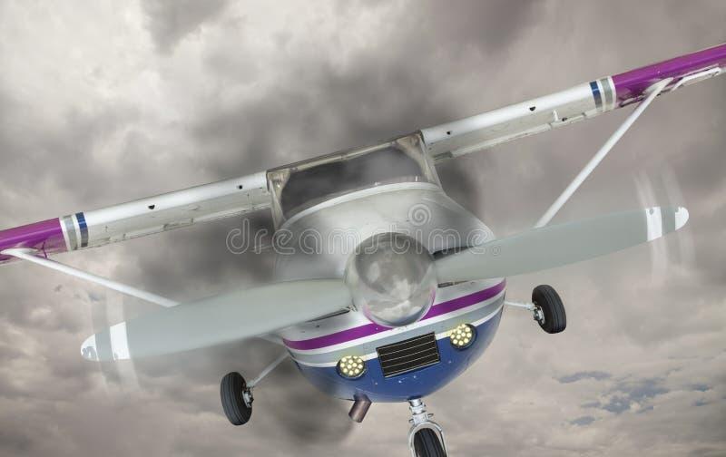 有来自引擎的烟的赛斯纳172反对灰色天空 免版税库存图片