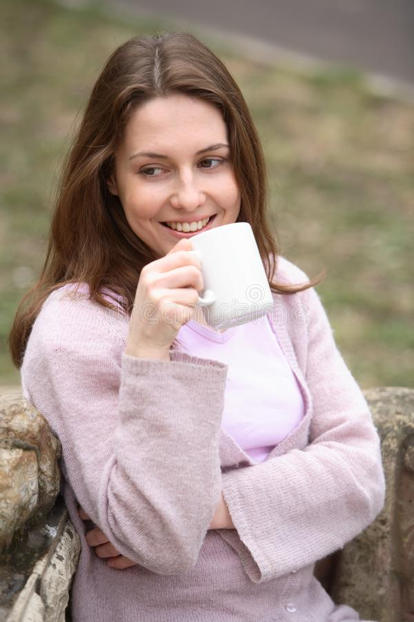 有杯子的女孩 免版税库存图片