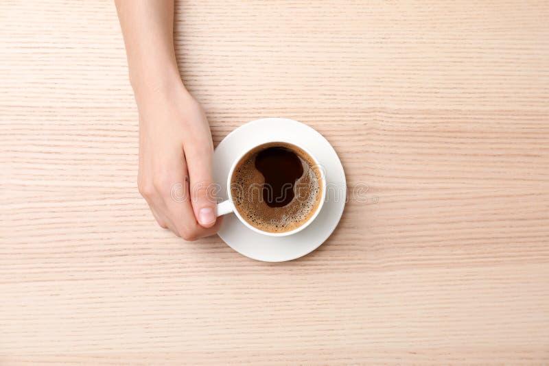 有杯子的少妇可口热的咖啡 免版税库存图片