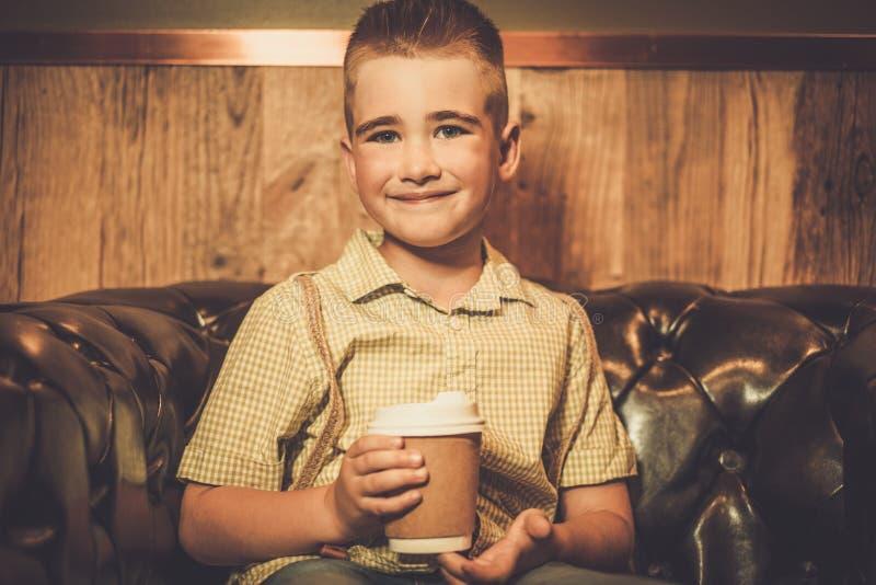 有杯子的时髦的小男孩 免版税库存照片