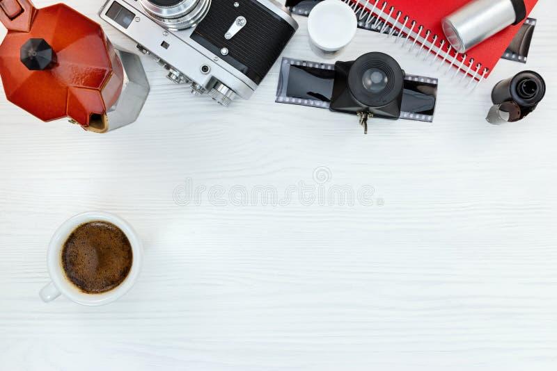 有杯子的红色咖啡罐,葡萄酒照片照相机,底片 库存照片