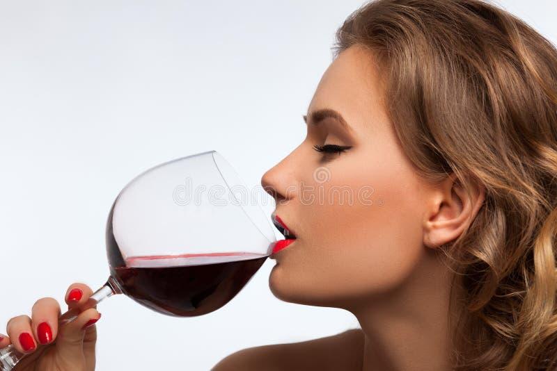 有杯的女孩酒 免版税库存图片