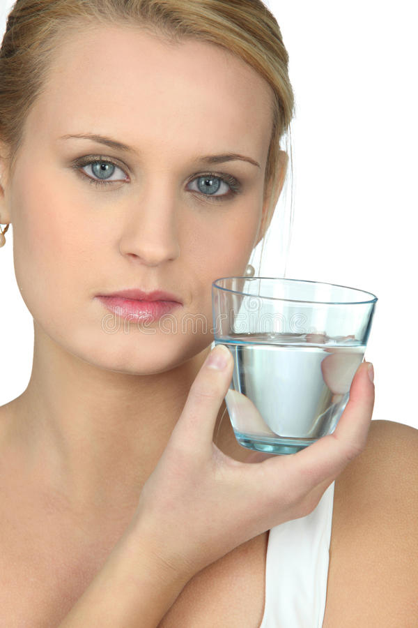 有杯的妇女水 库存图片