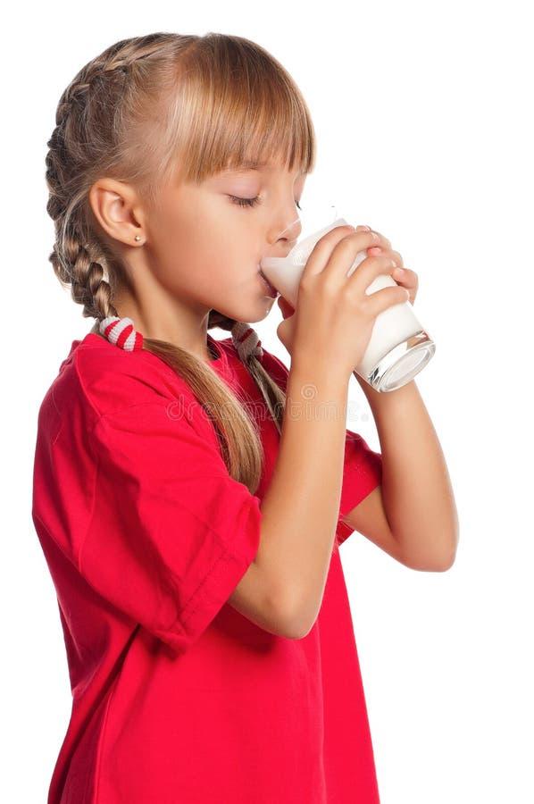 有杯的小女孩牛奶 免版税图库摄影