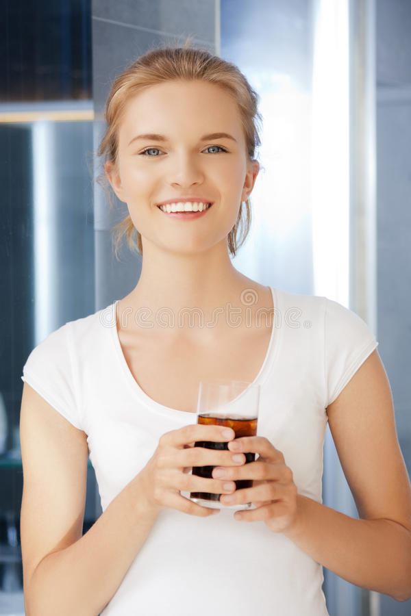 有杯的愉快和微笑的十几岁的女孩可乐 免版税库存照片