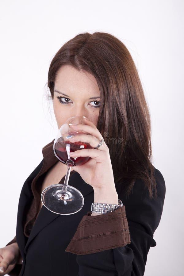 有杯的新美丽的妇女红葡萄酒 免版税库存照片