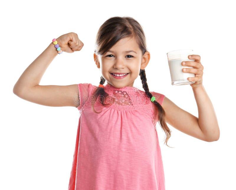 有杯的逗人喜爱的小女孩牛奶 免版税库存照片