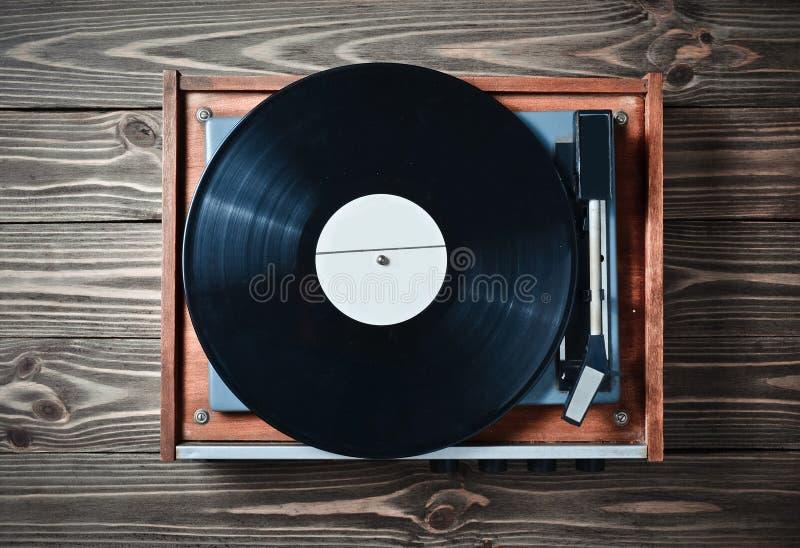 有板材的乙烯基球员在一张木桌上 娱乐70s 听音乐 免版税库存照片