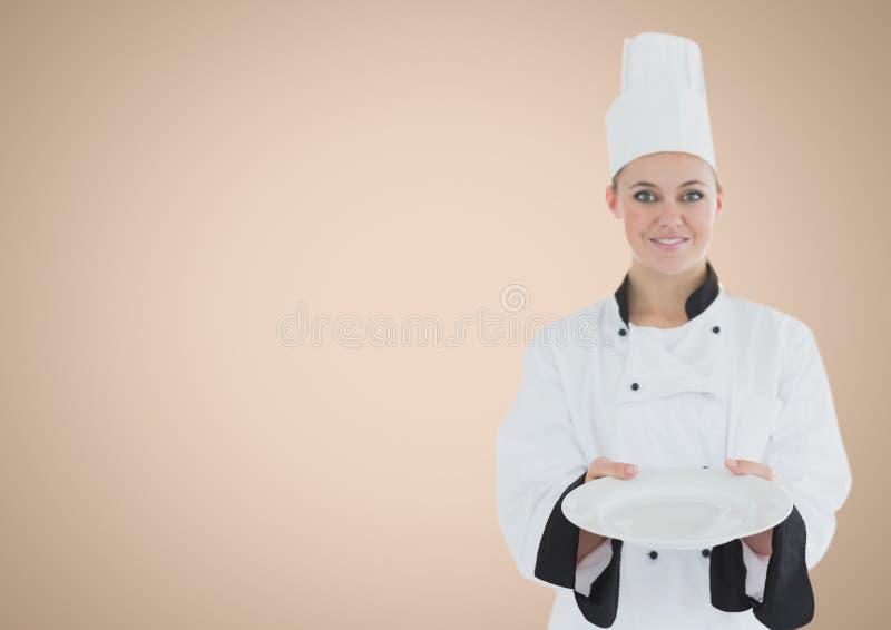 有板材的厨师反对奶油色背景 皇族释放例证