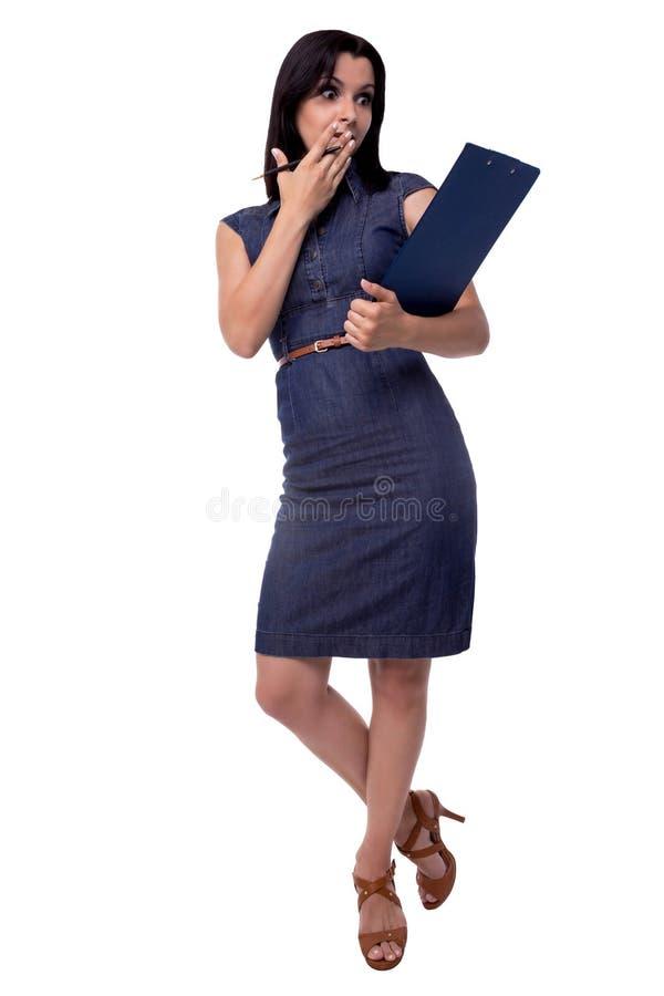有板材的惊奇的美丽的女商人盖了在白色背景在全长的嘴隔绝的她的 图库摄影