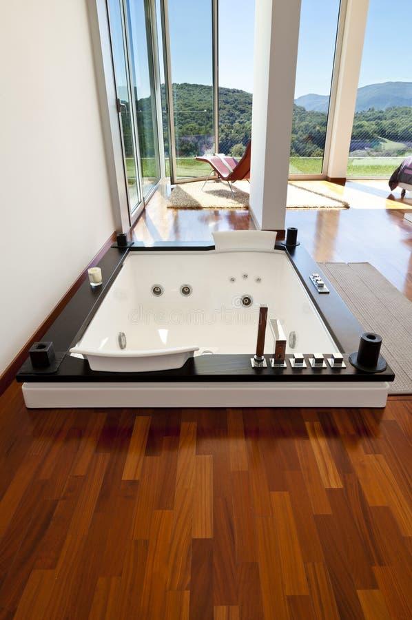 有极可意浴缸的空间 免版税库存图片