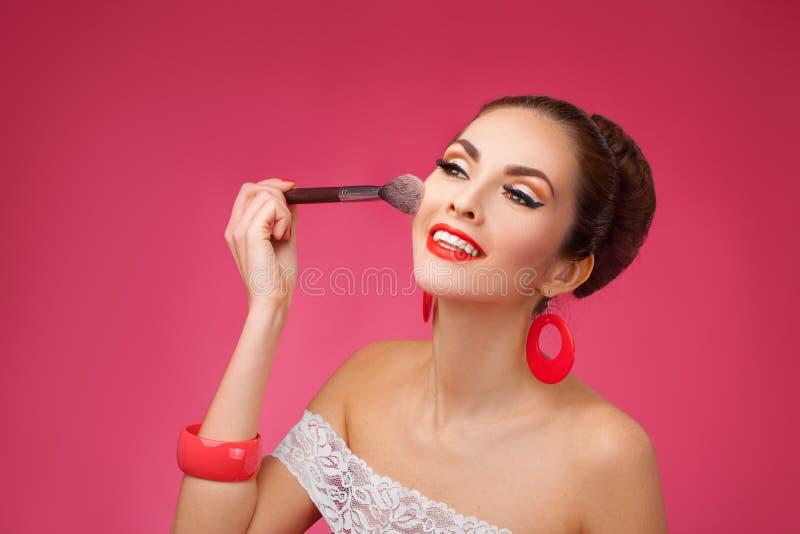 有构成刷子的微笑的妇女 她站立 库存照片