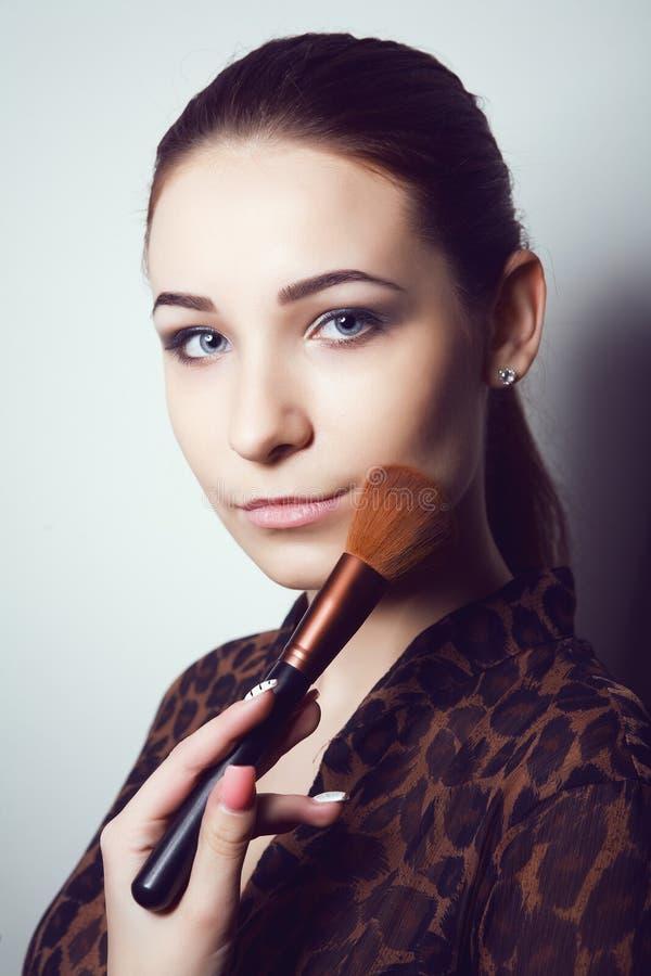 有构成刷子的秀丽女孩 自然补偿有青斑眼睛的深色的妇女 美丽的表面 修改 理想的皮肤 图库摄影