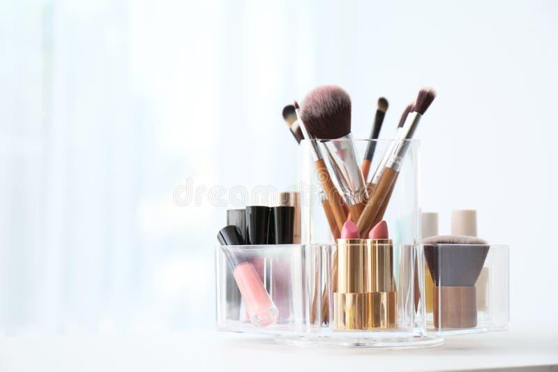 有构成化妆品的组织者在户内桌上 免版税库存图片