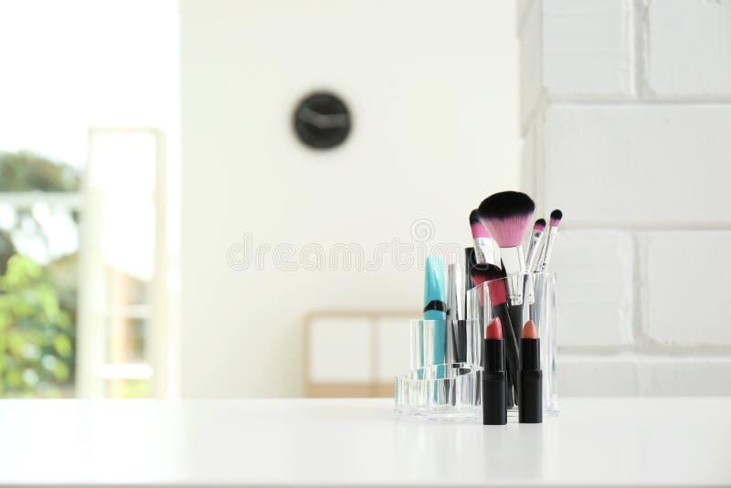 有构成化妆品的组织者在户内桌上 免版税库存照片