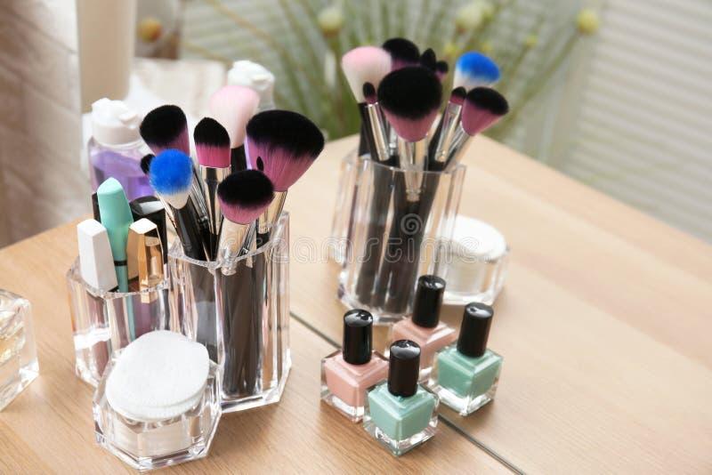 有构成化妆品的组织者在木桌上 库存图片