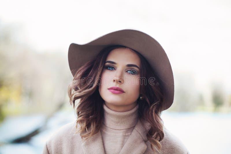 有构成和卷发佩带的帽子的浪漫妇女 库存照片