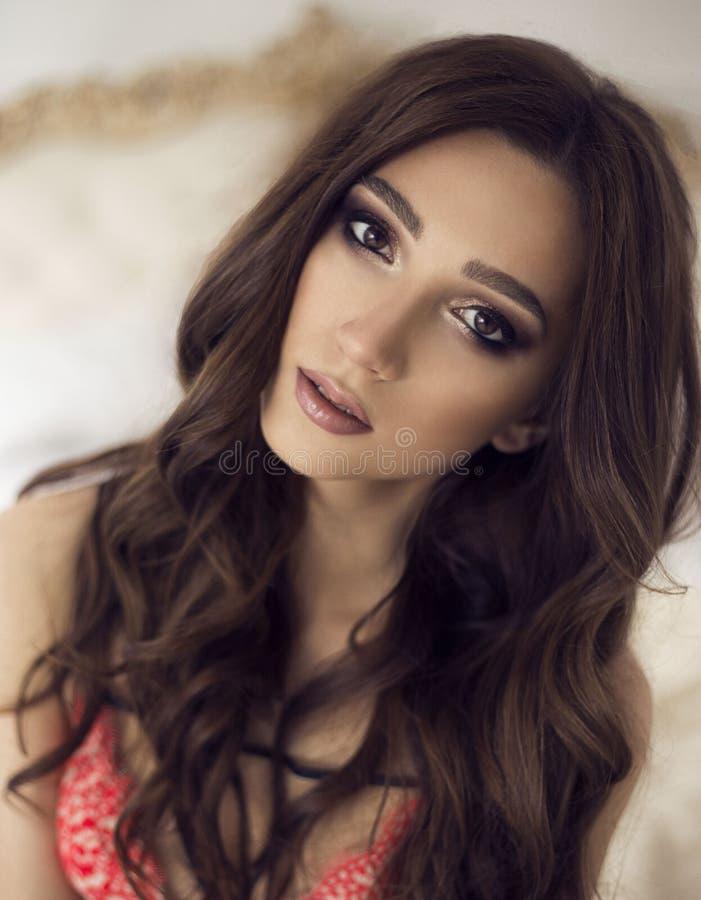 有构成和卷毛的美丽的年轻性感的女孩 免版税图库摄影