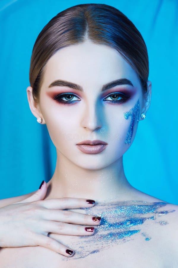 有构成和蓝色液体光泽的妇女 库存照片