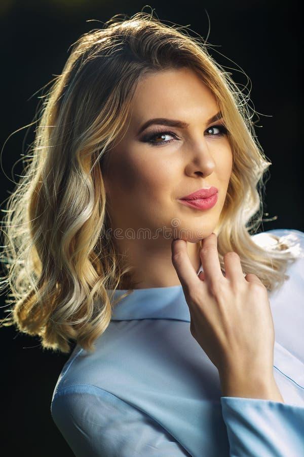有构成的年轻美丽的金发碧眼的女人 免版税库存图片