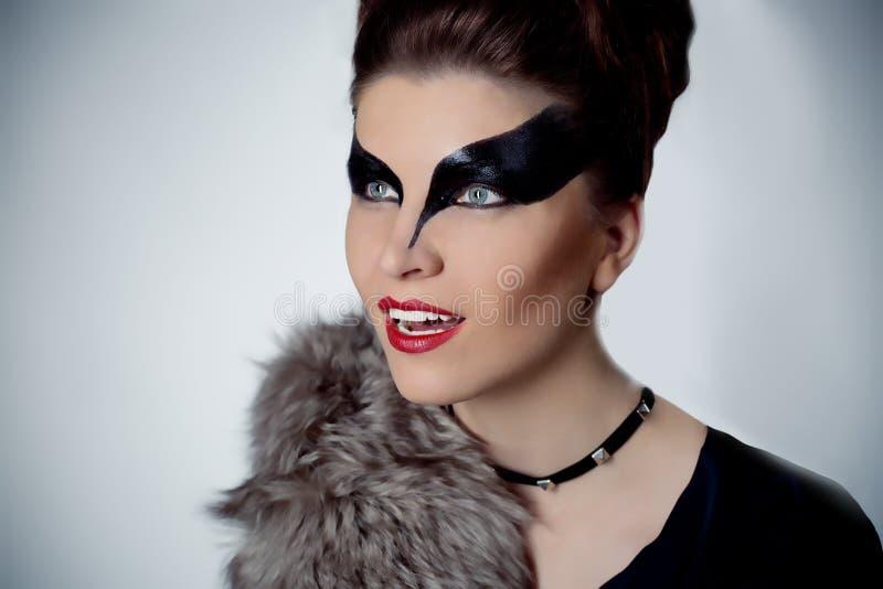 有构成的美丽的深色的妇女仿照妇女猫样式 免版税库存图片