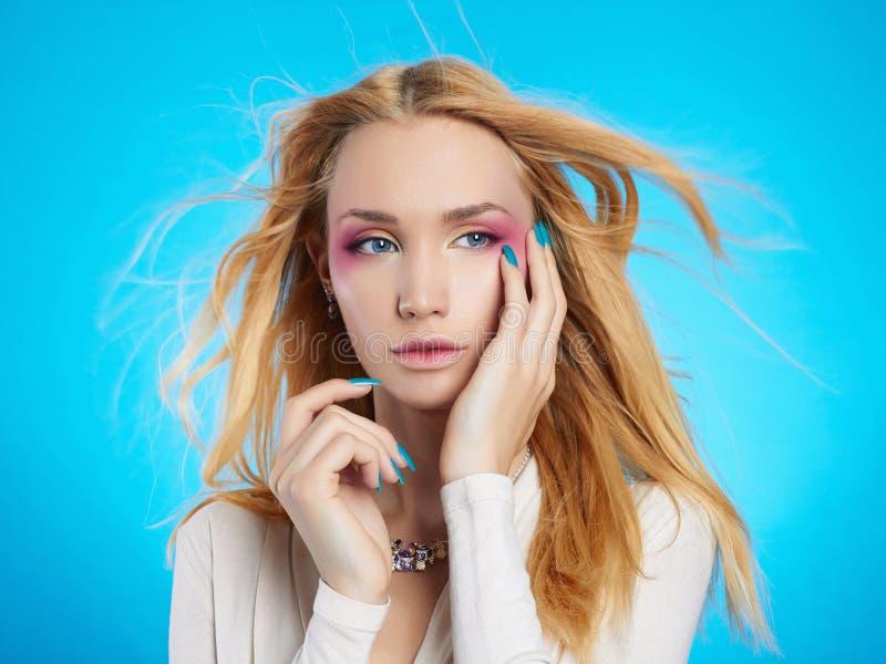 有构成的美丽的白肤金发的女孩 免版税库存照片