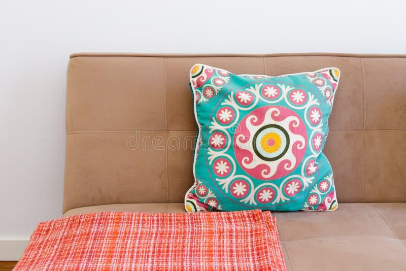有枕头的时髦的长沙发 免版税库存图片