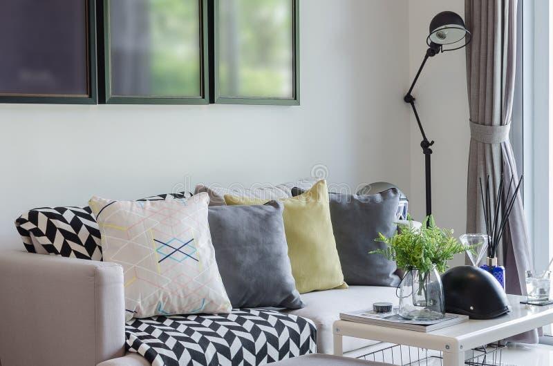 有枕头行的现代客厅在沙发的 免版税库存图片