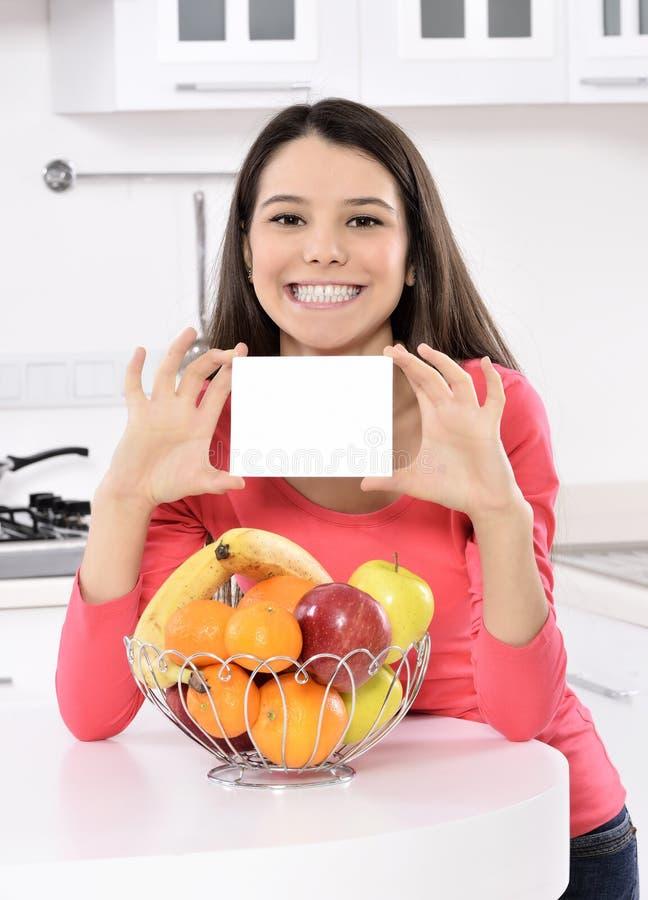 有果子篮子的可爱的妇女  免版税库存照片