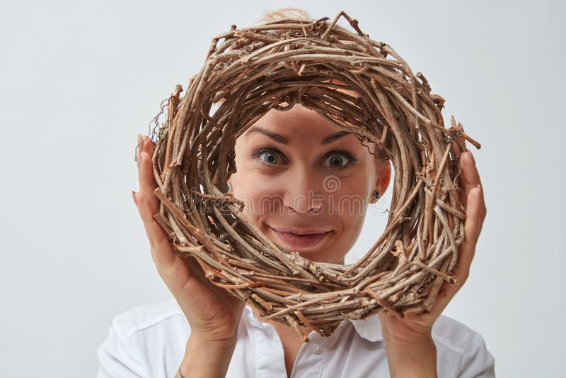有枝杈花圈的微笑的女孩  免版税图库摄影