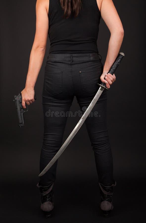 有枪和剑的妇女 免版税库存照片