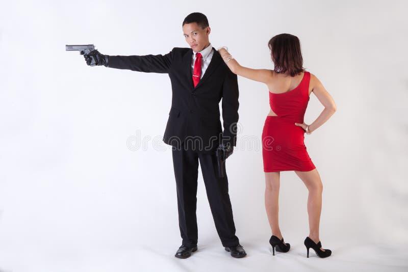 有枪和可爱的妇女的人 免版税库存图片