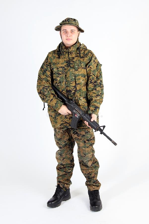 有枪的一位战士在USMC MARPAT camo 库存图片