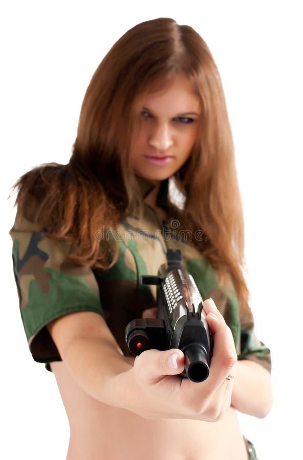 有枪的俏丽的妇女 免版税图库摄影