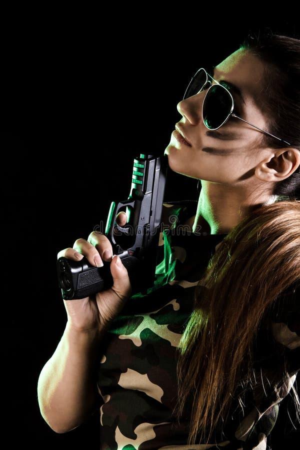 有枪的军事妇女 免版税库存图片