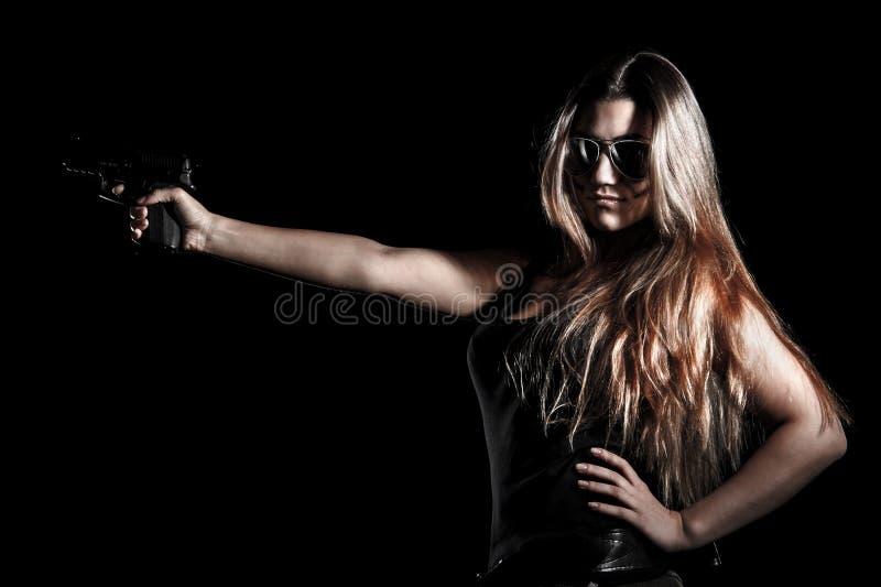 有枪的军事妇女 免版税图库摄影