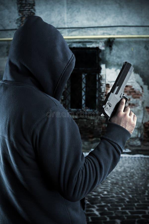 有枪的匪徒在晚上 免版税库存图片