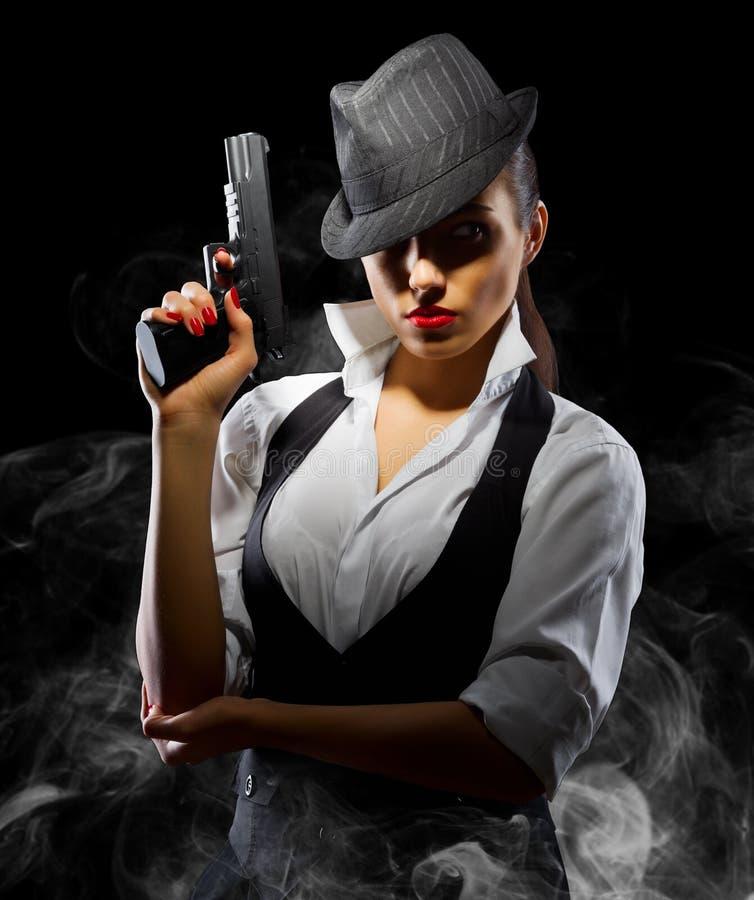 有枪的危险和美丽的犯罪女孩 库存图片