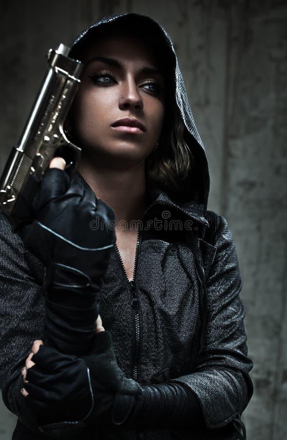 有枪的危险妇女 免版税库存图片