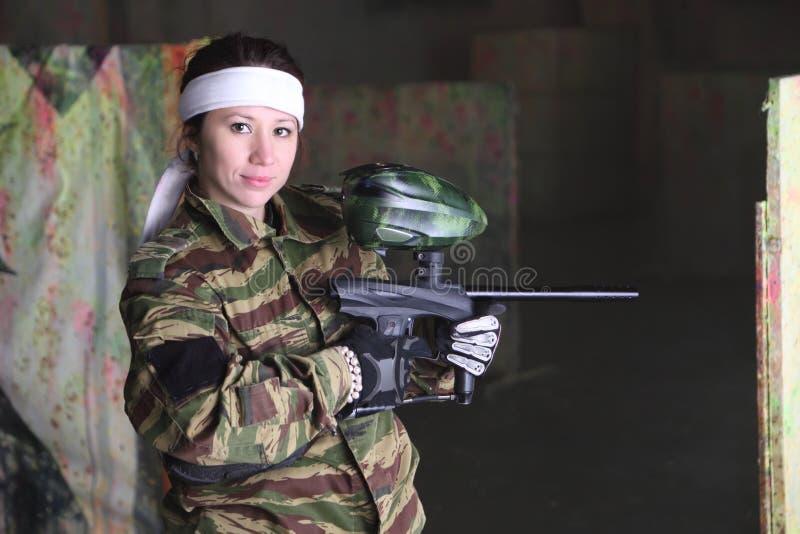 有枪的妇女paintball的 免版税图库摄影