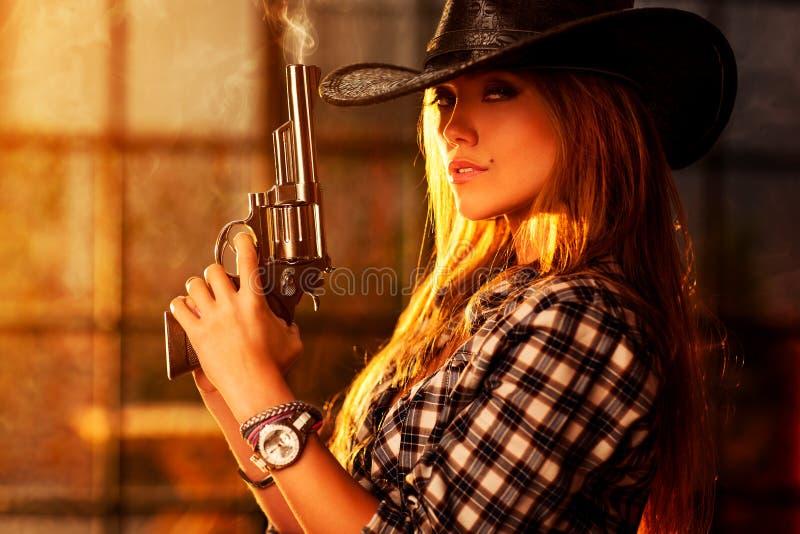 有枪的少妇 免版税库存照片